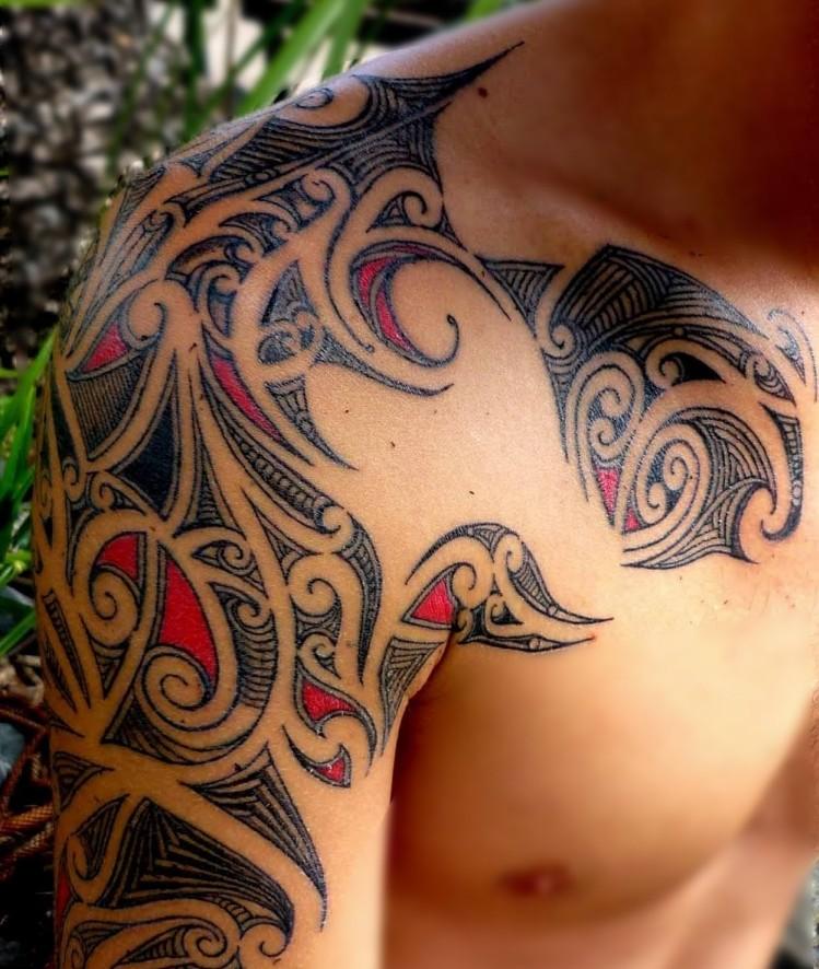 coole Tattoos für Männer farbig Tribal