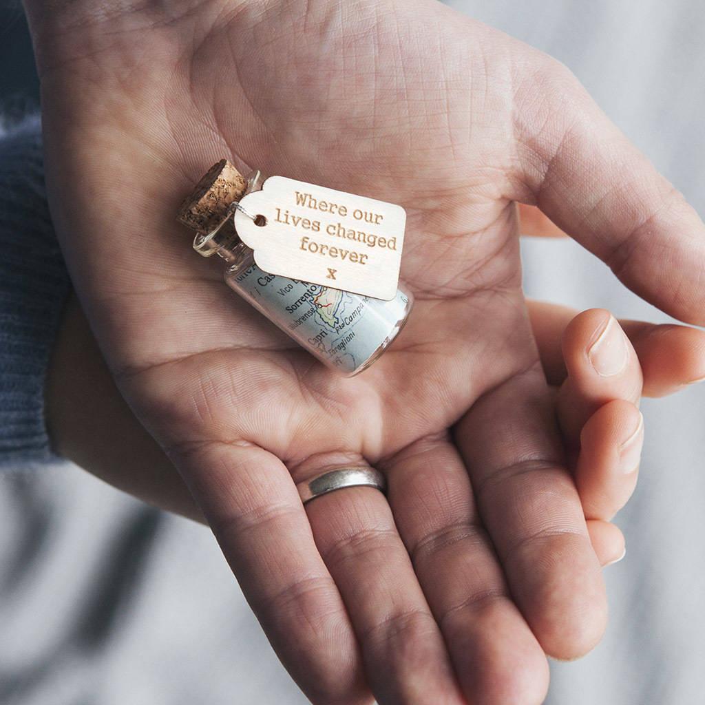 Kleine Flasche mit Weltkarte ist ein kreatives Geschenk zum Valentinstag
