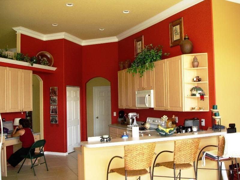 Küche Wandfarbe Rot Gelb gesättigt