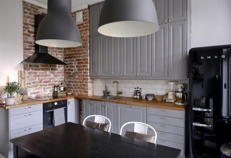 Küche Wandfarbe Grau Weiß raue Backsteinwände