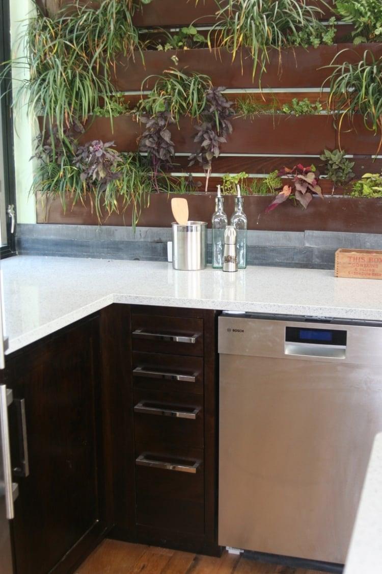 Küche Wandfarbe braun vertikaler Garten