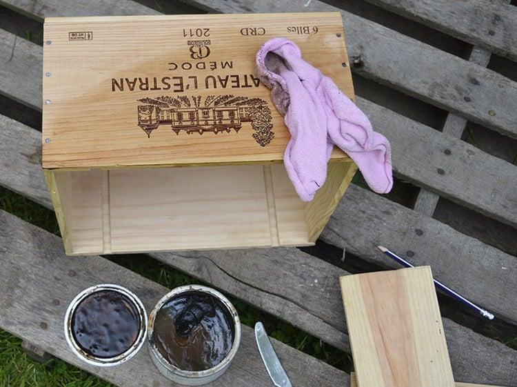 Tisch aus Weinkisten DIY Kisten reinigen lackieren