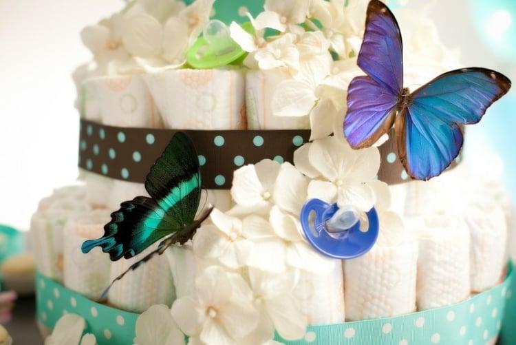 Pamperstorte basteln und dekorieren Schmetterlinge Schnuller