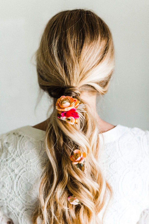 Einfache Frisuren für den Alltag mit Blumen