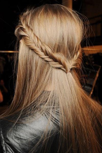 Halboffene Frisur mit Zöpfen: elegant und stilvoll