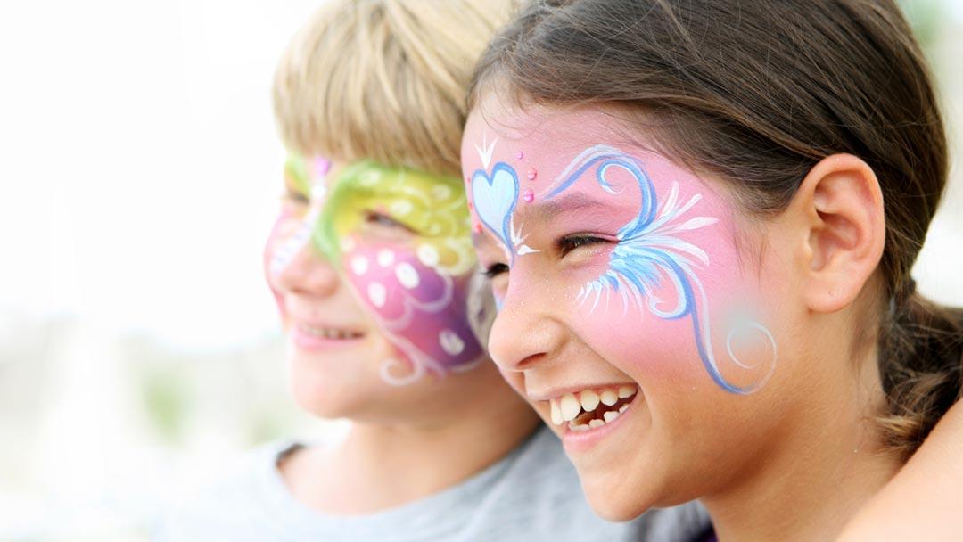 Kinder schminken wie Schmetterling für Fasching