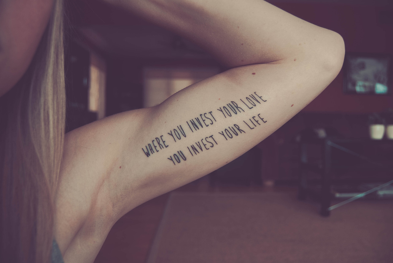 Liebes Tattoo mit Sprüchen - Ideen und Bedeutungen