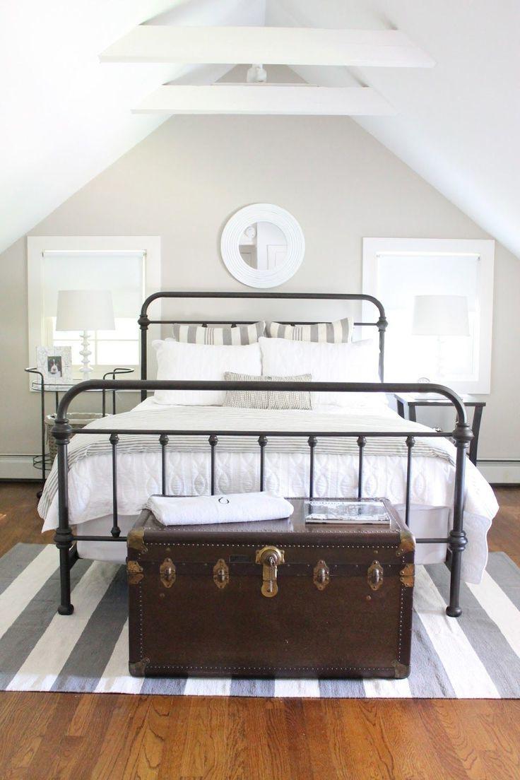 Metallenbetten spielen die Rolle von einem Akzent des Schlafzimmers
