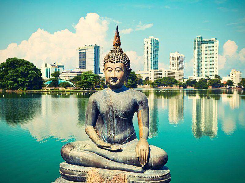 Die besten Urlaubsziele 2019: Buddah Statue in Colombo city in Sri Lanka