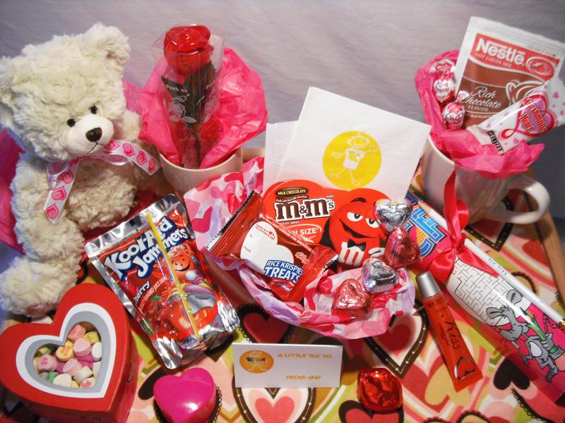 Überraschen Sie Ihre Frau mit Rosen und Schokoladen für Valentinstag