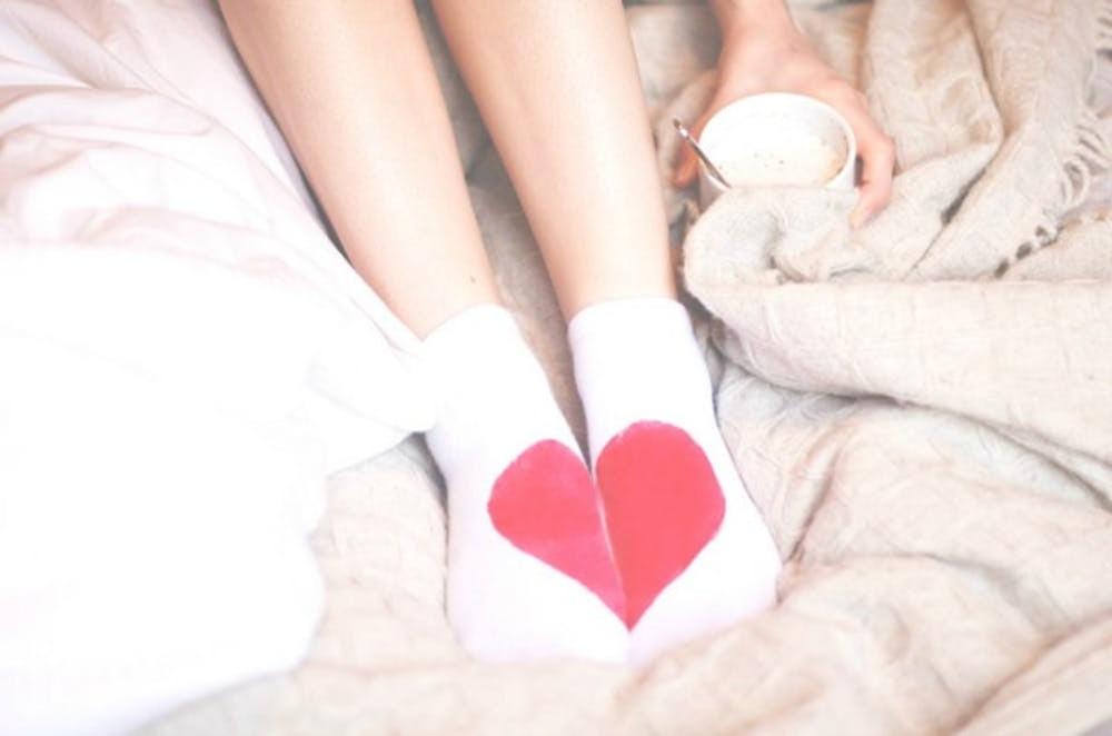 Einfach und leicht: Ihre Lieblings-Socken mit Herzchen malen
