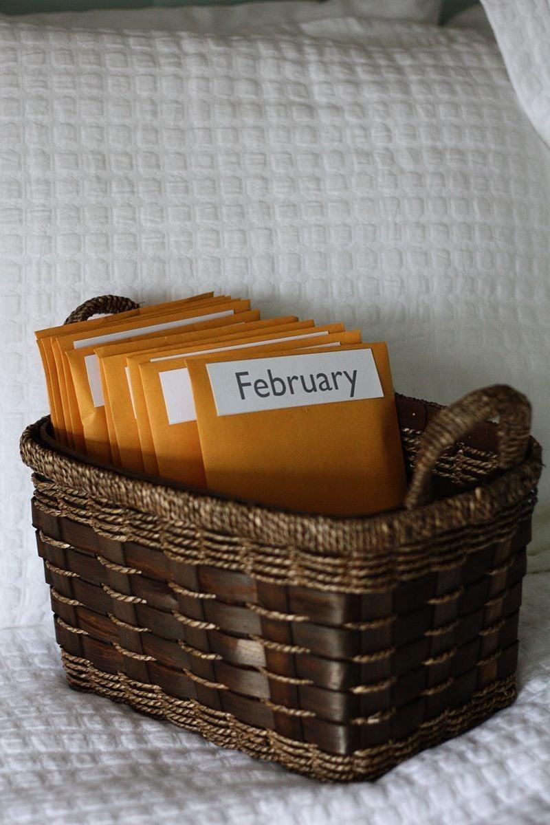 Valentinstag Geschenk selber basteln: Körbchen mit monatlichen Herausforderungen