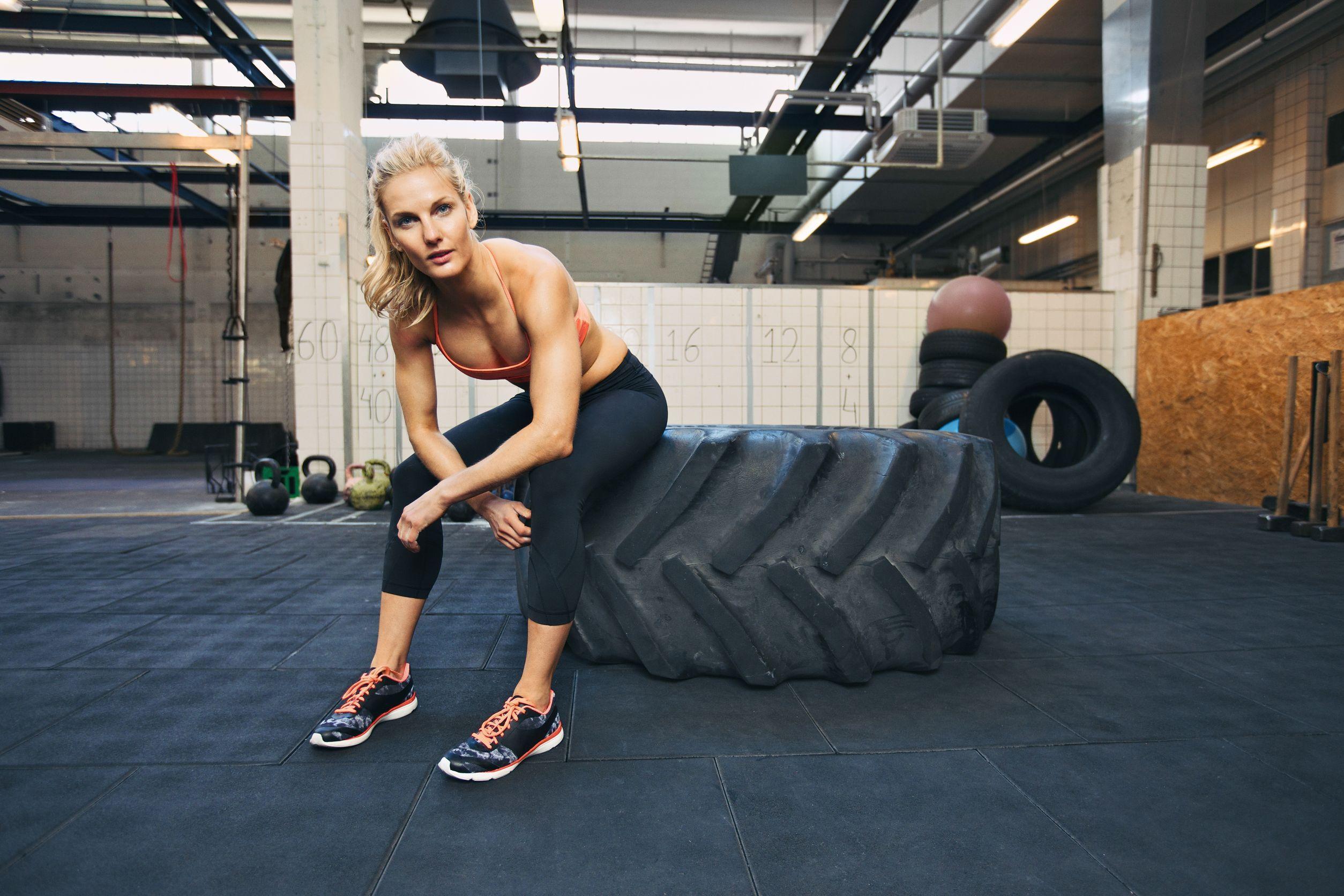 mit LKW Reifen trainieren Frau