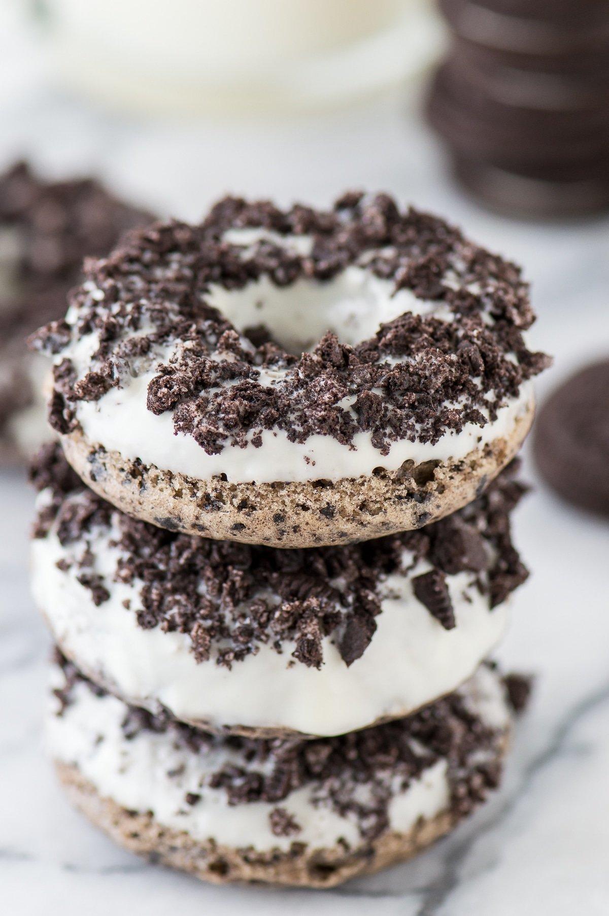 leckere Donuts mit Oreo Keksen