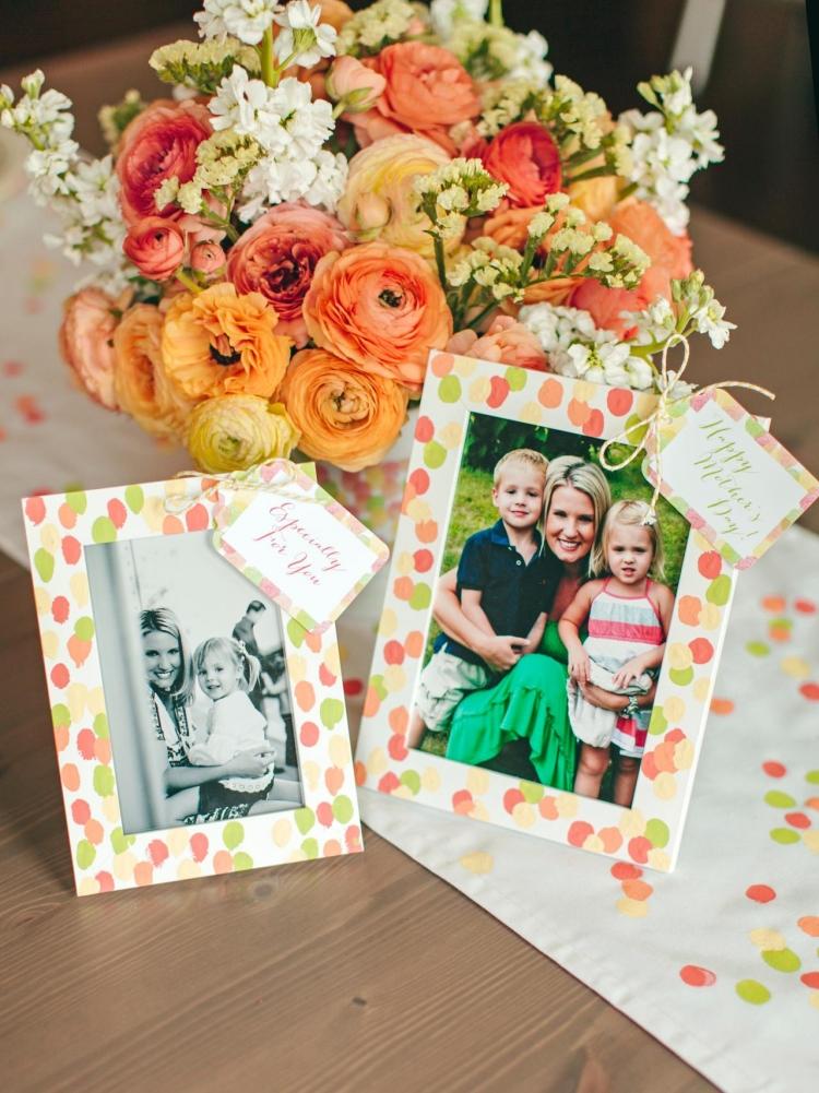 Muttertagsgeschenke basteln Familienfoto in Rahmen setzen
