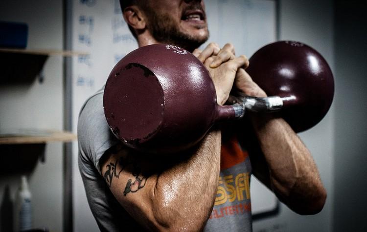 Crossfit Übungen Kugelhanteln Männer