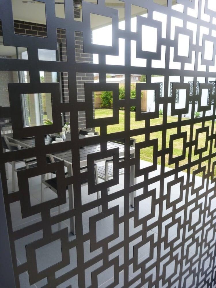 Sichtschutzzaum Metall geometrische Motive transparent