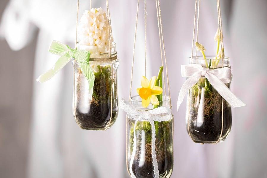 Frühlingsdeko selber machen hängende Blumenvasen