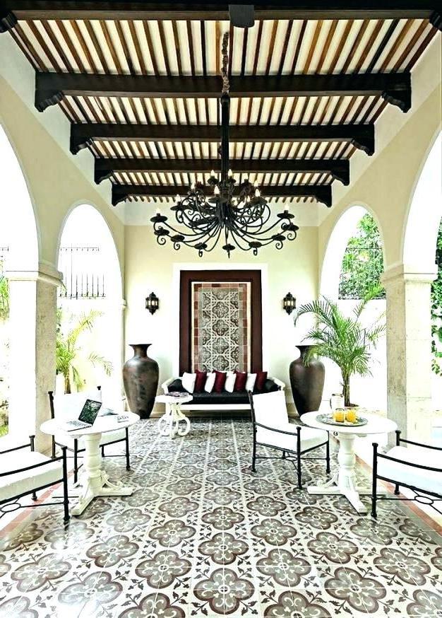 Innenhof Spanischer Häuser mit schönen Fliesen