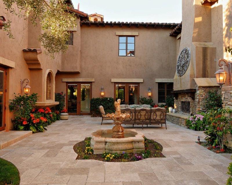 Innenhof Spanischer Häuser mit Kamin