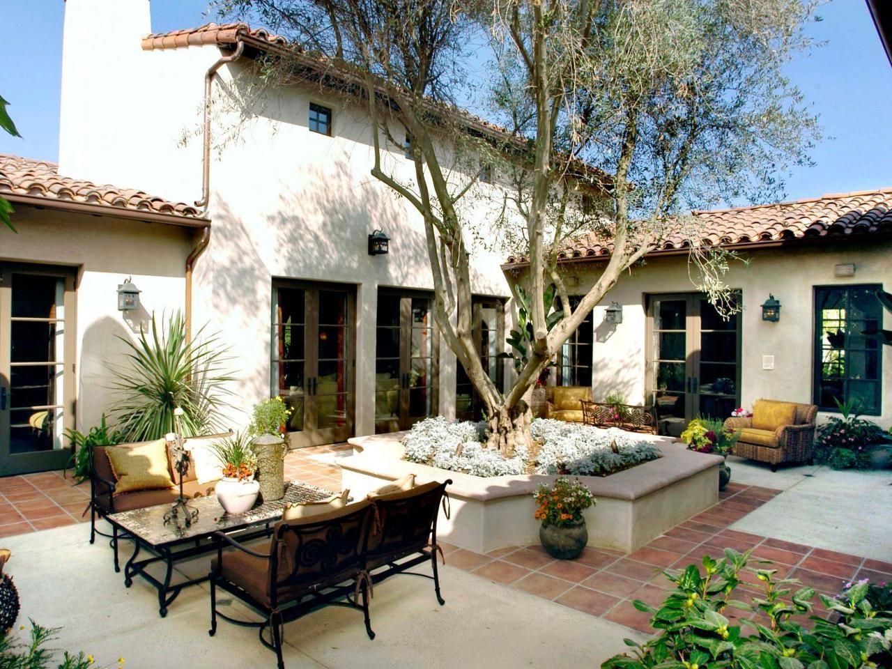 Innenhof Spanischer Häuser mit Olivenbaum