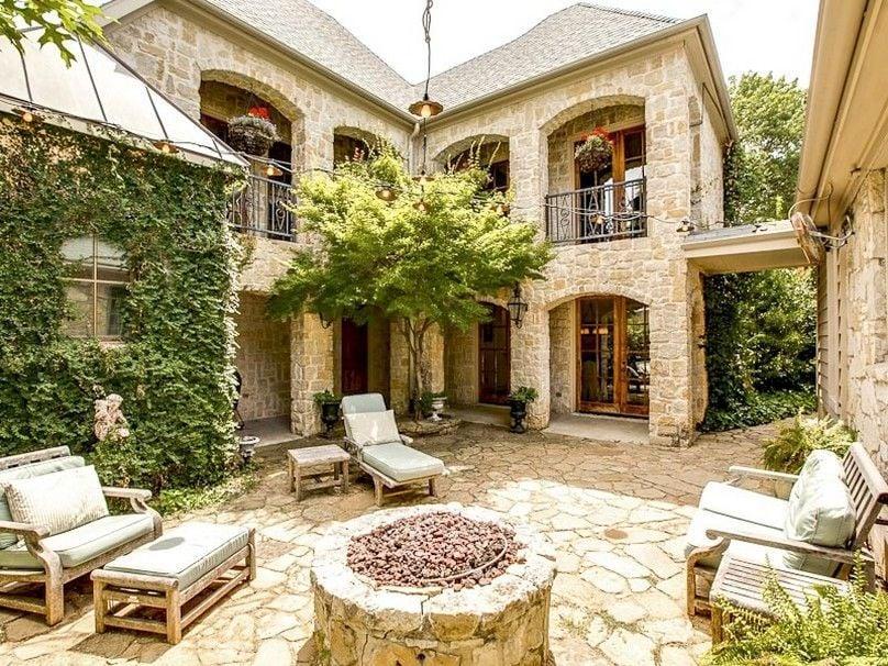 Innenhof Spanischer Häuser mit Steinboden
