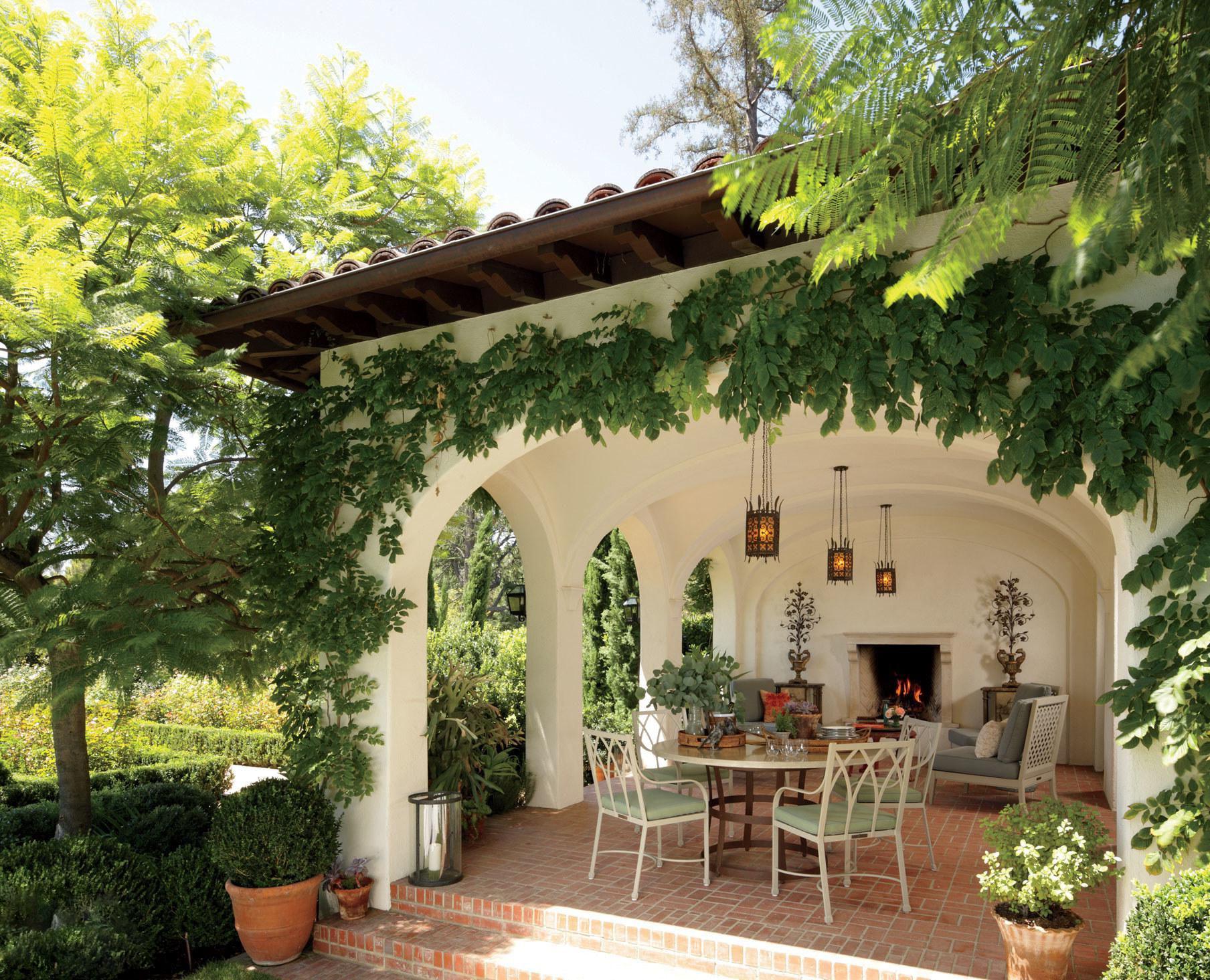 Innenhof Spanischer Häuser: weiße Möbel