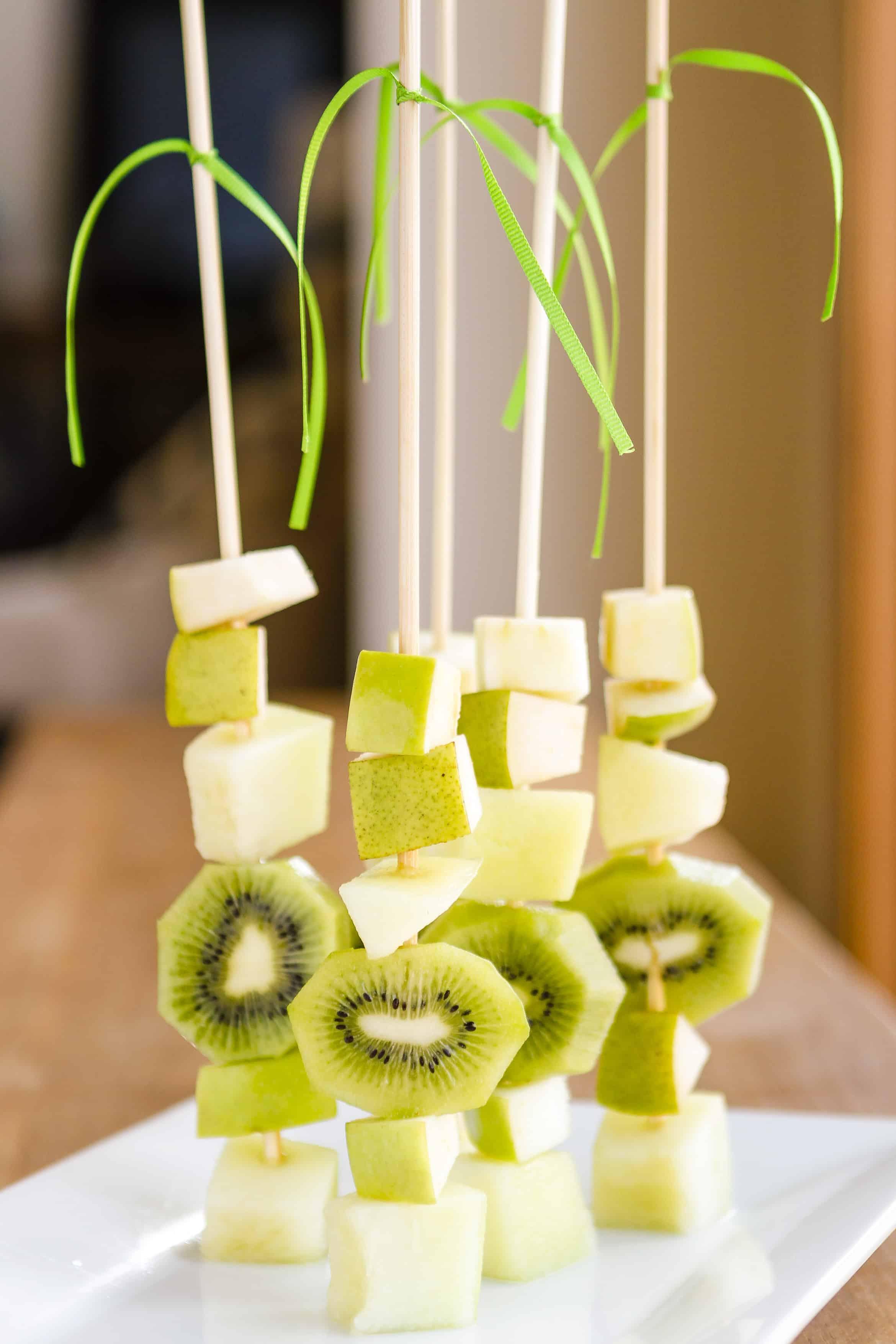 Obstspieße anrichten - Ideen mit Kiwi und Apfel