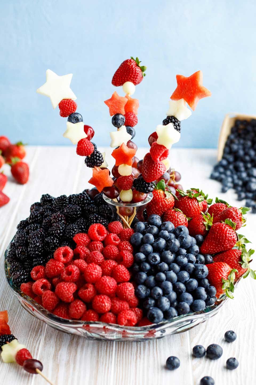 Оbstspieße Кinder - bunte Fruchten mit verschiedene Formen kombinieren