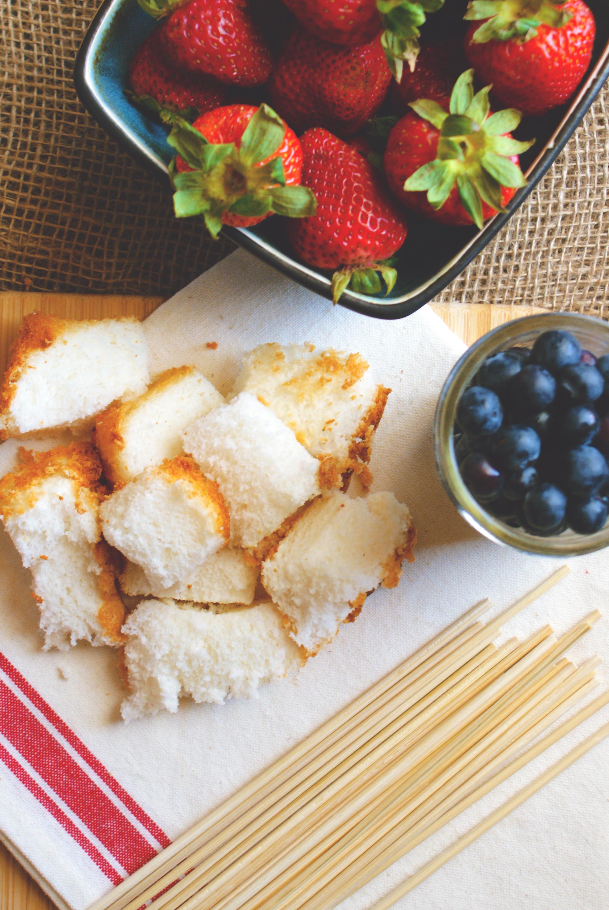 Fruchtspieße mit Erdbeeren, Brombeeren und Kuchen