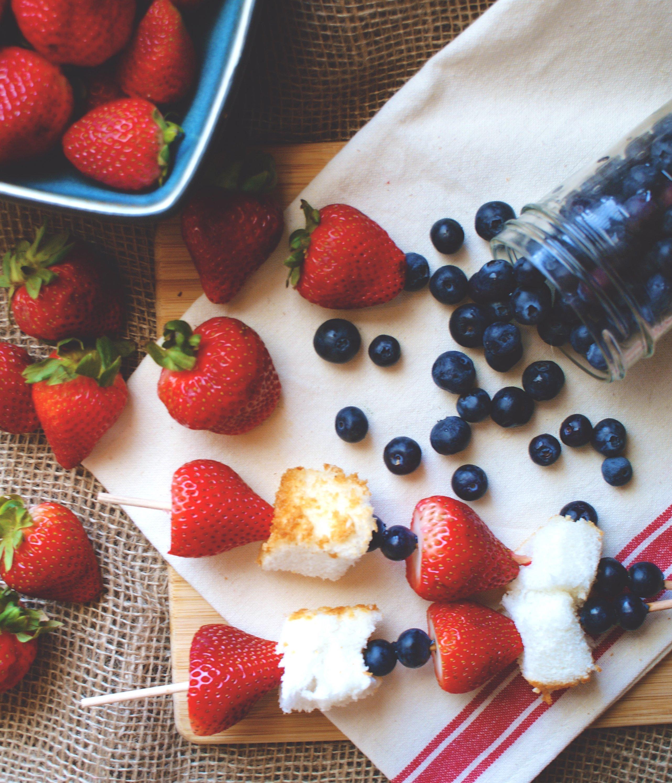 Obstspieße mit Beeren und Kuchen
