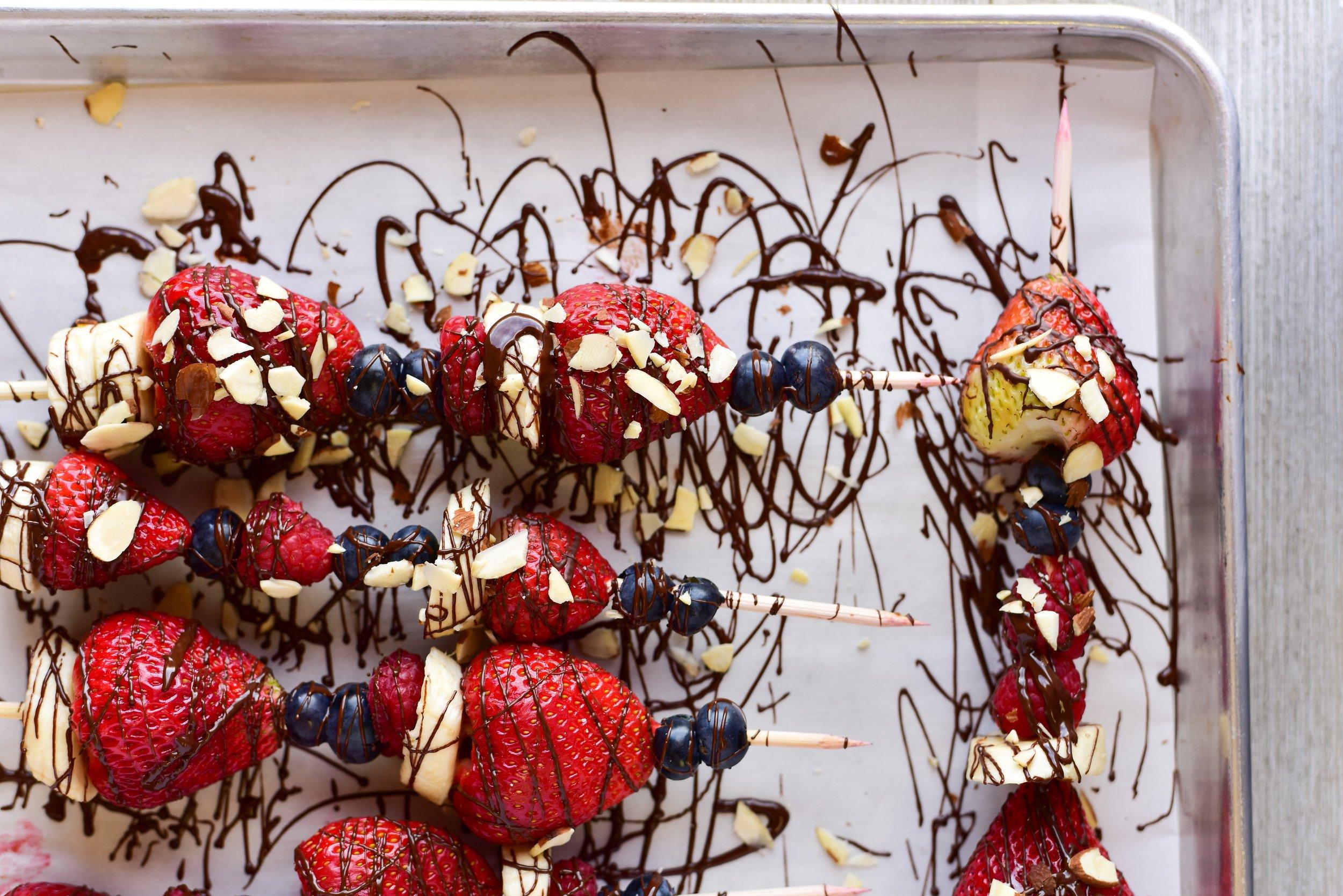 Оbstspieße mit Erdbeeren und Schokolade
