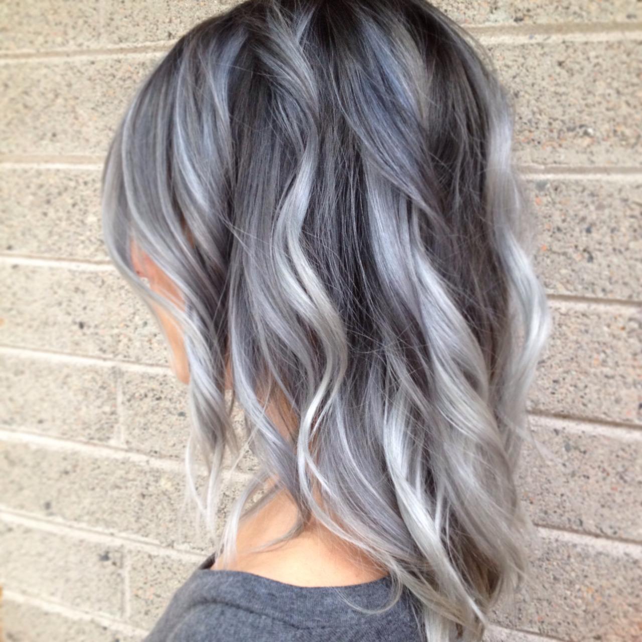 Silber Haare sind im Trend aber Ombre Grau ist dieses Jahr angesagt