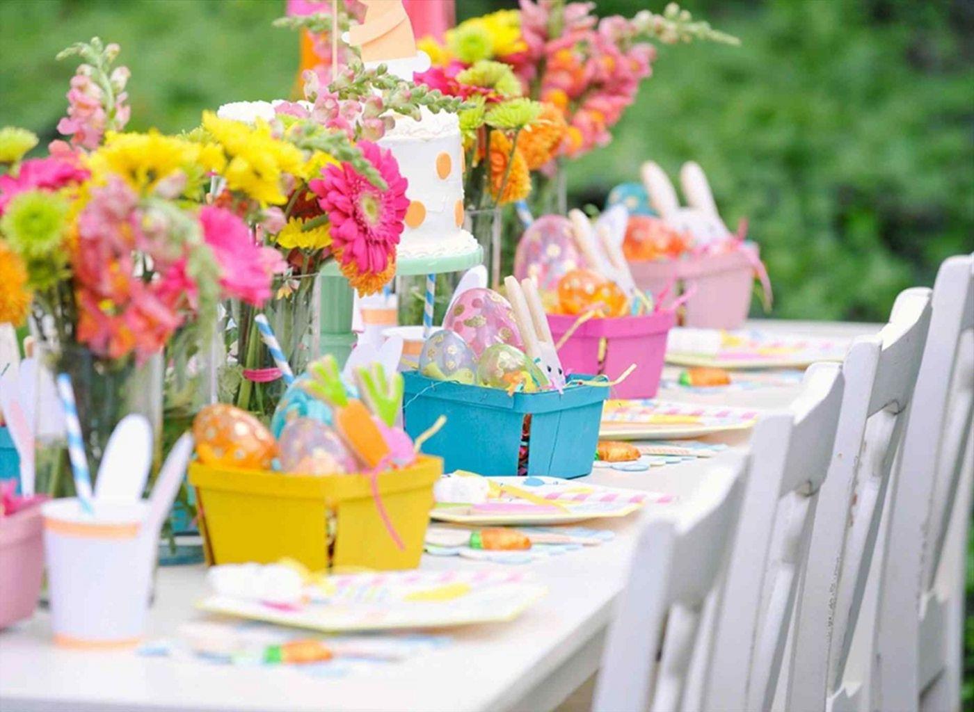 Osterdeko für den Garten mit bunten Farben