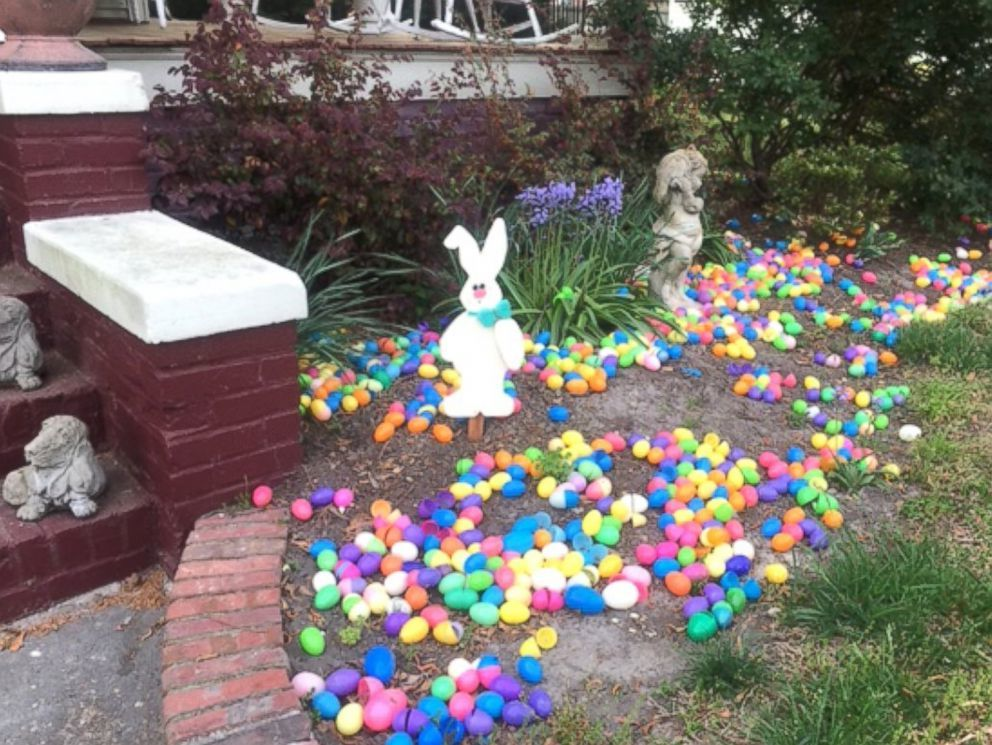 Osterdeko Garten mit bunten Eier