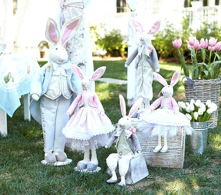 Osterdeko für den Garten mit einer Hasenfamilie