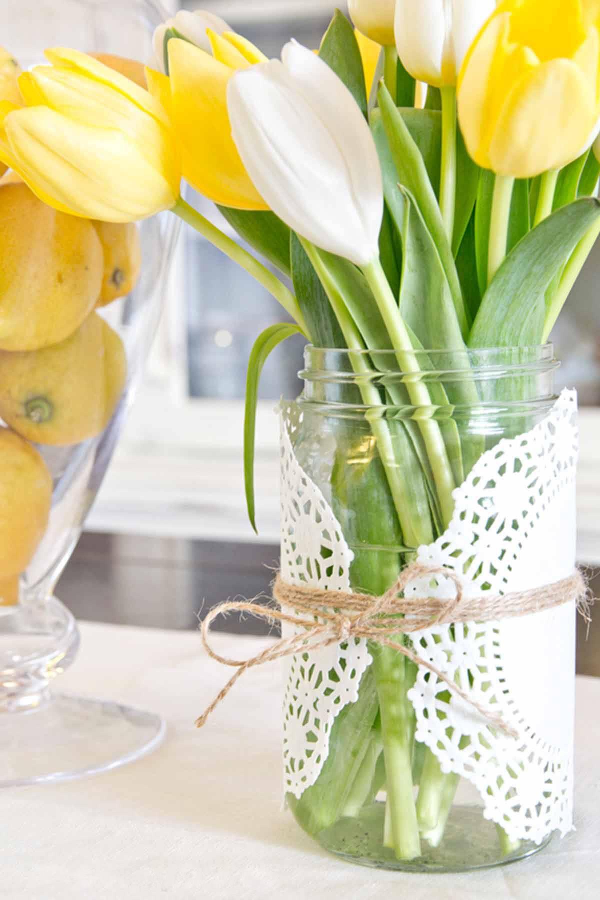 Ostertischdeko mit Blumen und Vasen