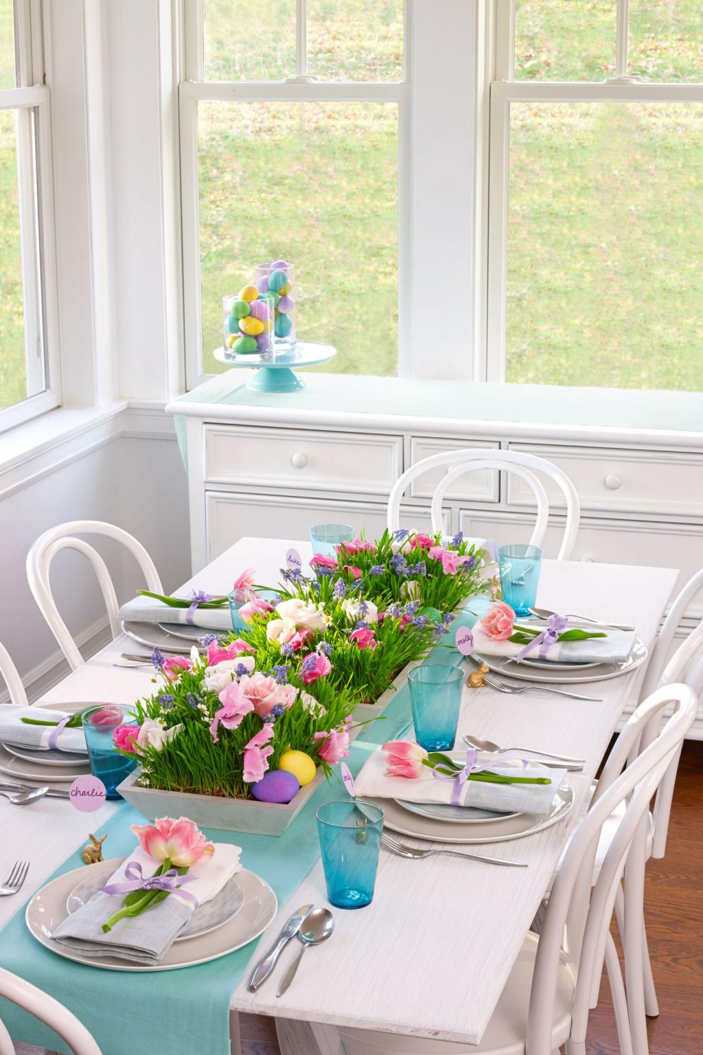 Ostertichdeko Ideen mit bunten Blumen