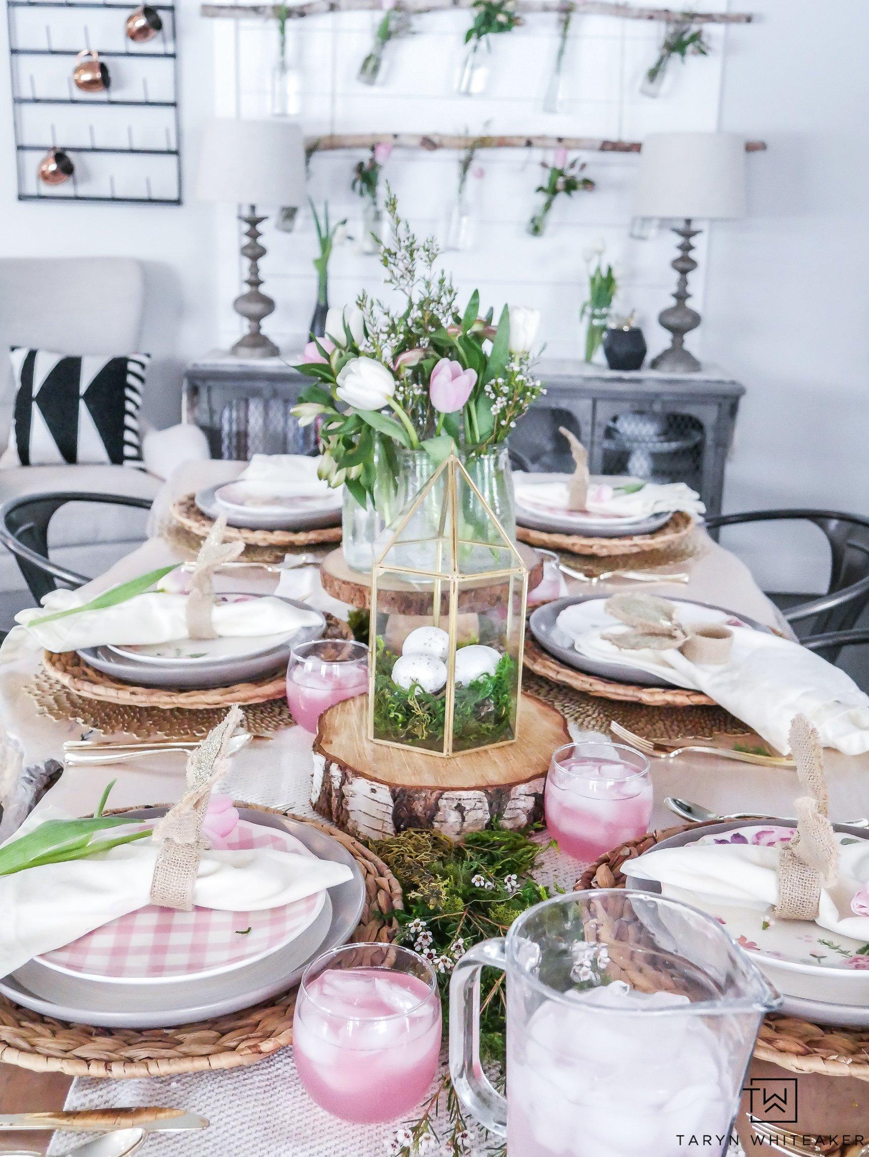 Ostertischdeko mit Holz, Stoffservietten, Serviettenringe und Blumen gestalten