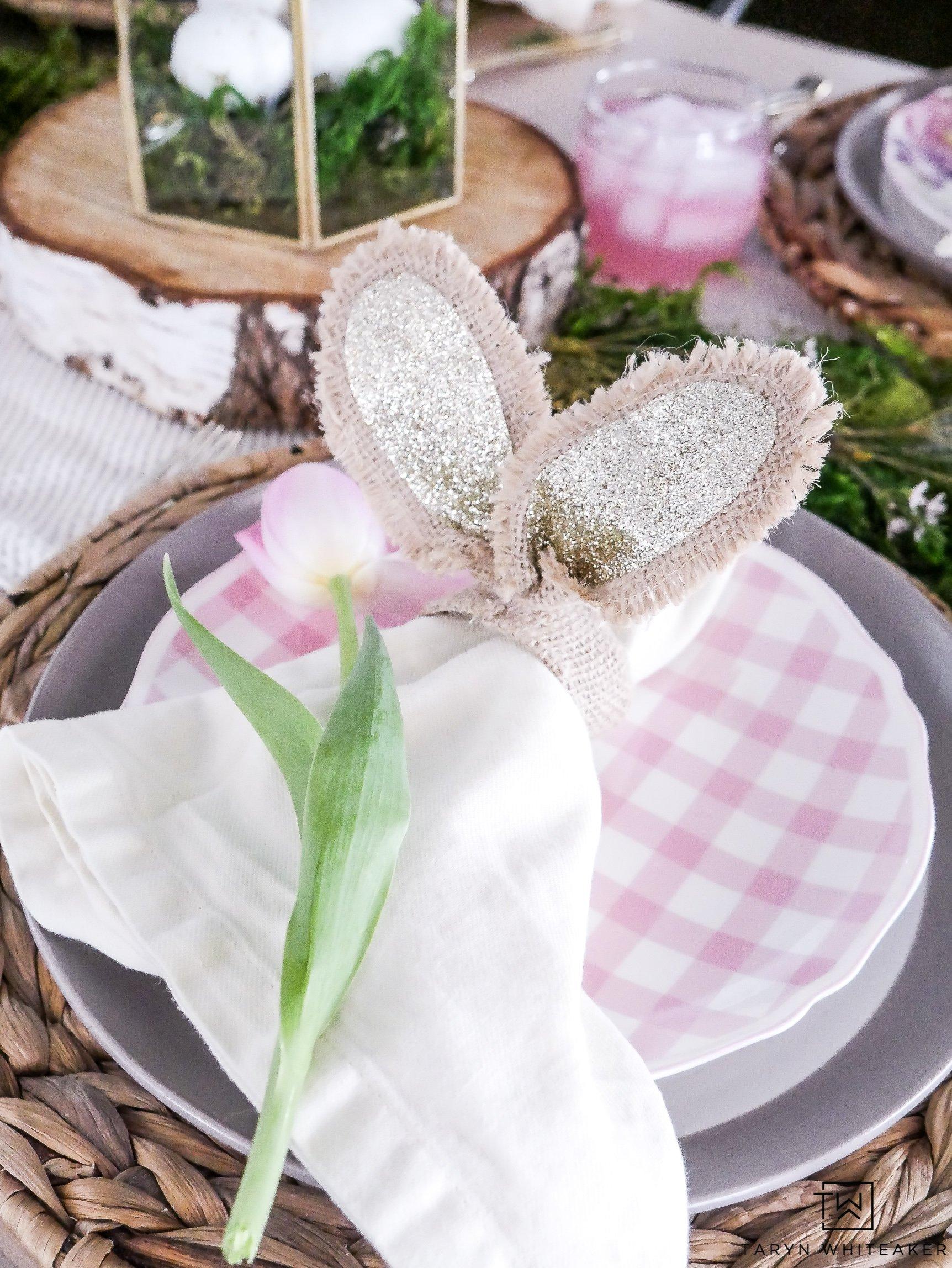 Tischdeko Ostern mit Stoffservietten und Blumen