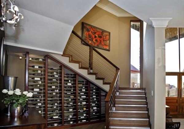 Weinregale integrieren Treppenhaus