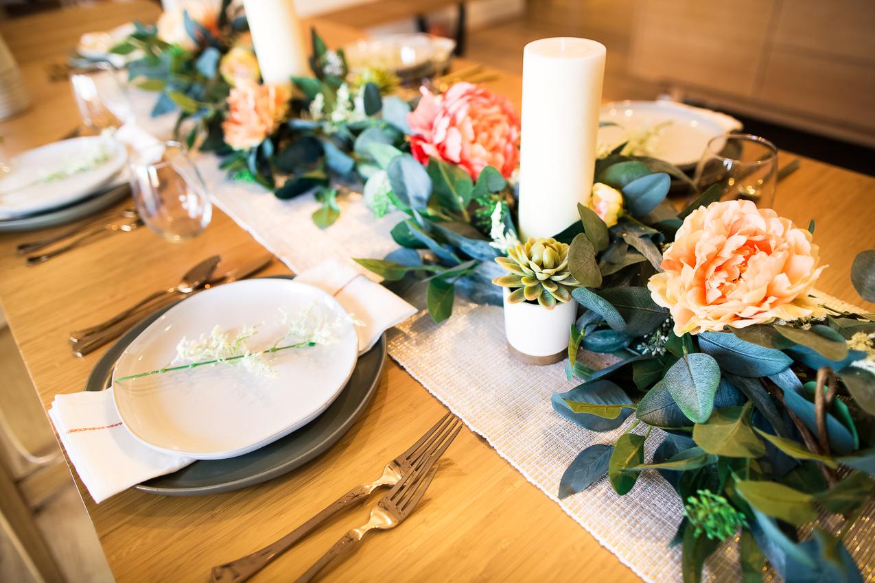 Tischdeko Frühling: Holztisch und Textil