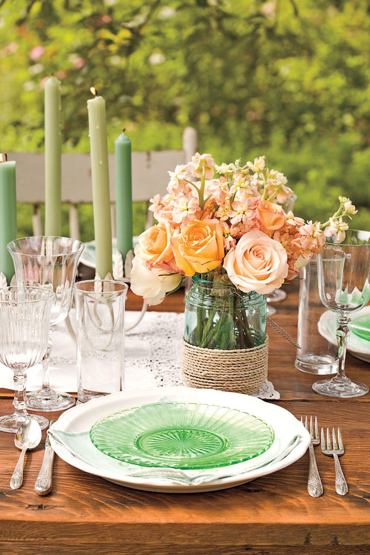 Tischdeko Frühling mit orangen Rosen
