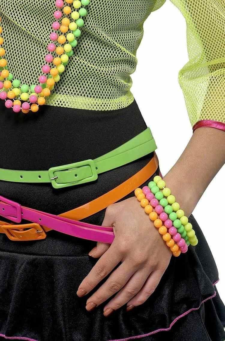 Neonfarben tragen Accessoires