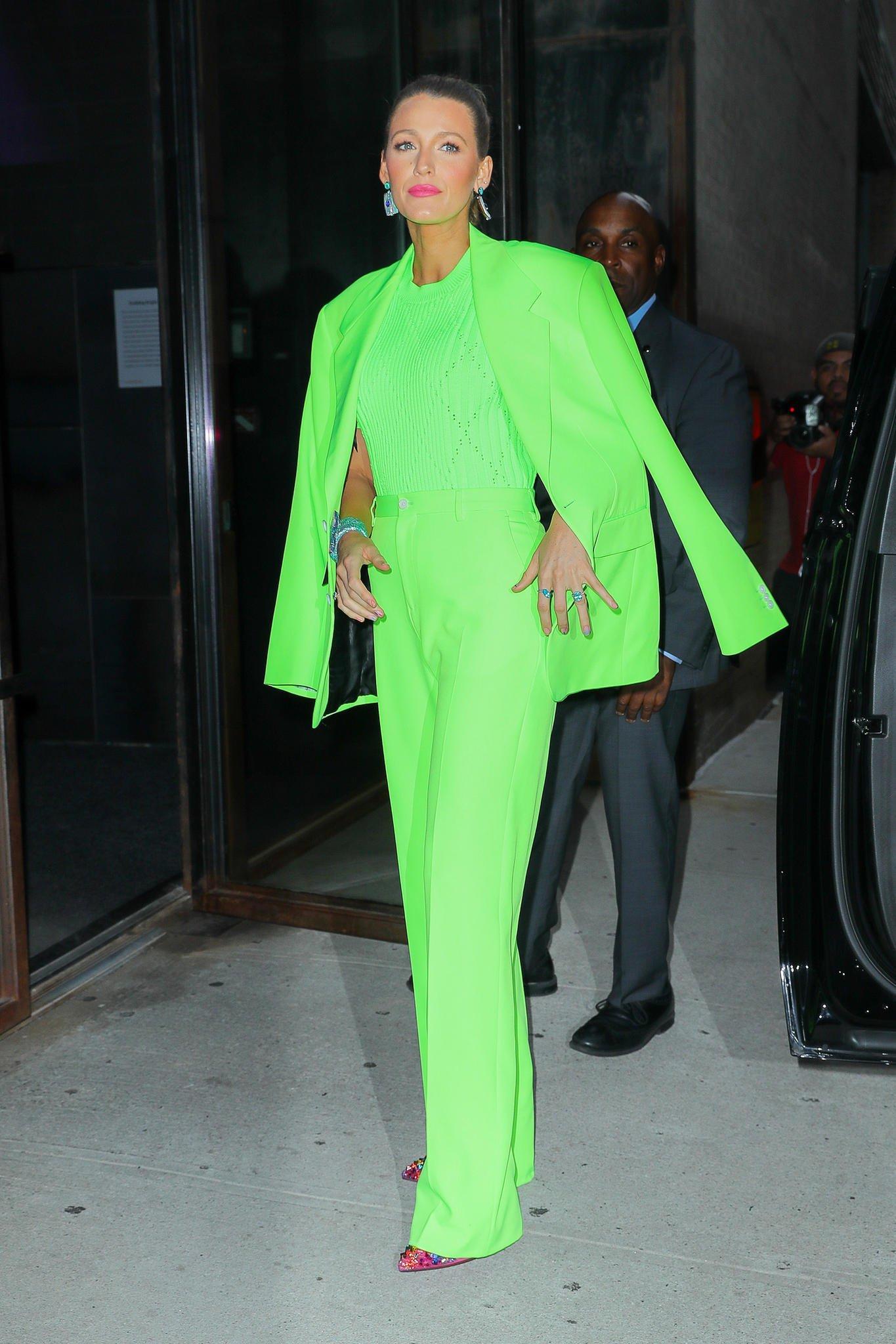 eleganter Anzug Blake Lively Neonfarben