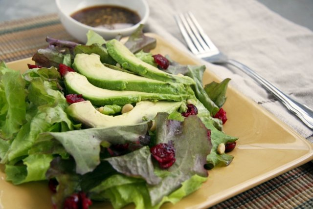 Keto Ernährung Grünsalat mit Avocado