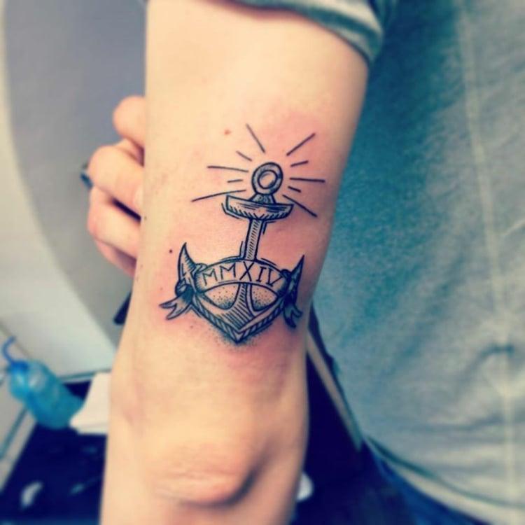 Tattoo Arm Mann Anker römische Zahlan