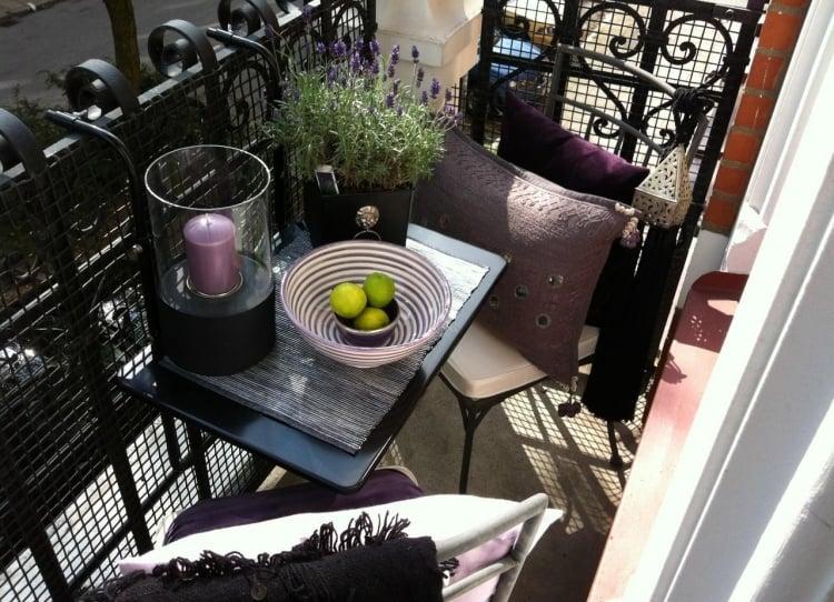 Sitzecke auf einem kleinen Balkon