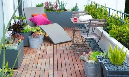Balkon Holzboden Liegestuhl KIes Pflanzen