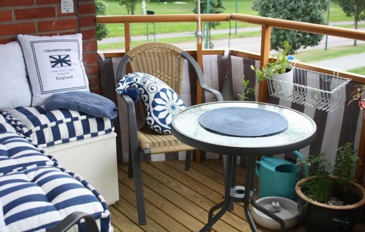 Balkon maritim runder Tisch tolle Dekokissen